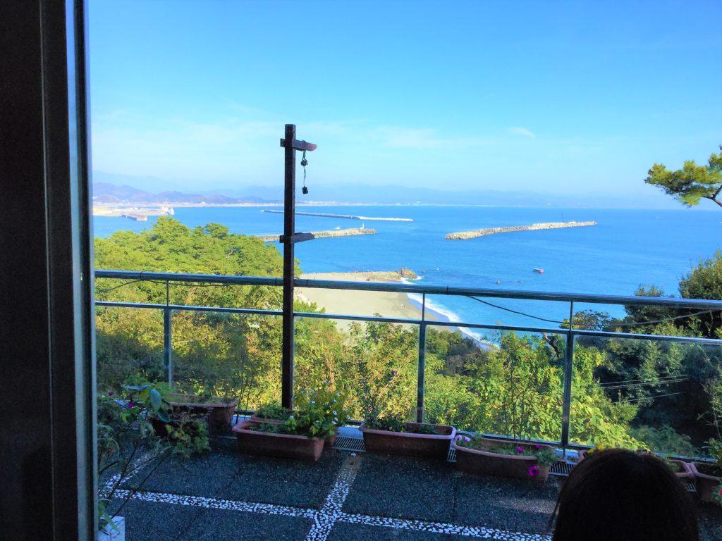 レストランの店内座席から見える桂浜の写真