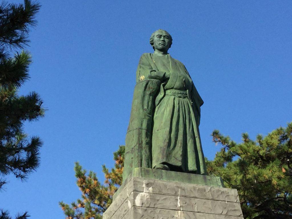 坂本龍馬の銅像を正面から写した写真