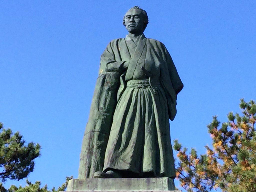 桂浜の龍馬像の正面写真
