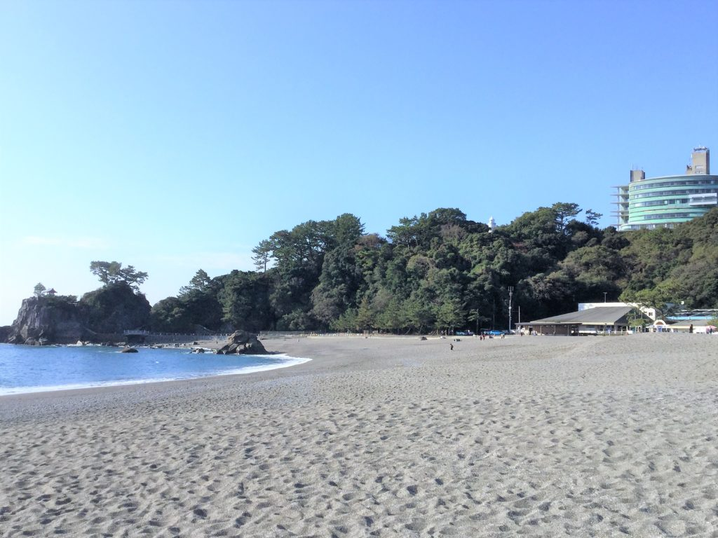手前が桂浜で、右上の建物が国民宿舎桂浜荘の写真
