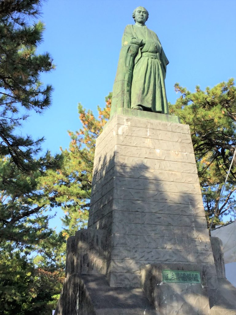桂浜の龍馬像を見上げた写真